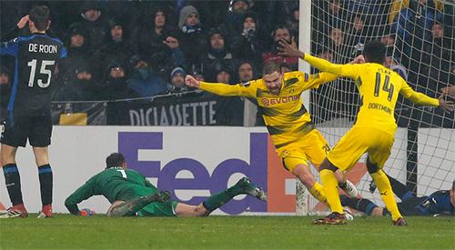 Atalanta chìm trong thất vọng khi để Schmelzer gỡ hoà cho Dortmund ở cuối trận. Ảnh: AFP.