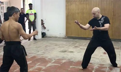 Flores (phải) trong cuộc tỉ thí với võ sư Đoàn Bảo Châu hồi năm ngoái.