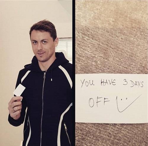 Matic cùng nội dung mảnh giấy anh nhận từ Mourinho. Ảnh: Instagram/nemanjamatic.