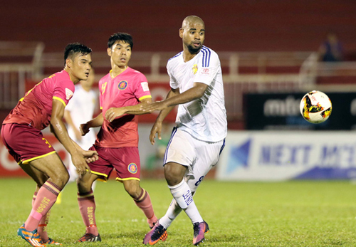 Claudecir được bình chọn là Ngoại binh xuất sắc V-League 2017. Ảnh: Quang Liêm