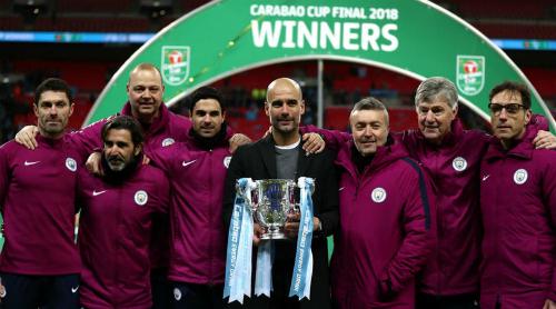 Guardiola (giữa) và thành viên ban huấn luyện Man City nâng Cup liên đoàn. Ảnh: AFP.