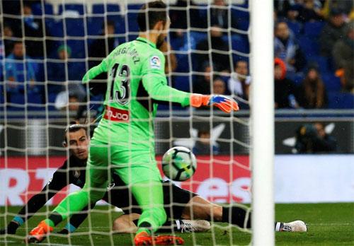 Lopez chặn đứng cú đánh đầu của Bale.