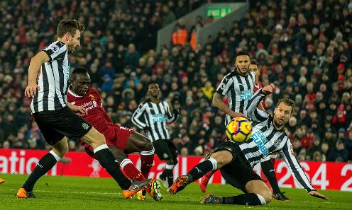Cầu thủ Newcastle không thể ngăn Mane ghi bàn. Ảnh: DM.