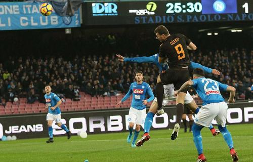 Pha đánh đầu đưa Roma dẫn ngược Napoli của Dzeko. Ảnh: AP.