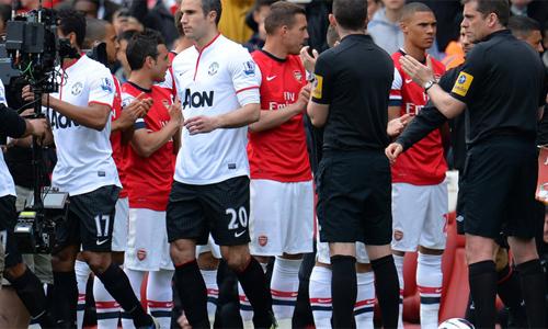 Arsenal thực hiện nghi thức chào mừng nhà vô địch với Man Utd vào năm 2013. Ảnh: AFP.
