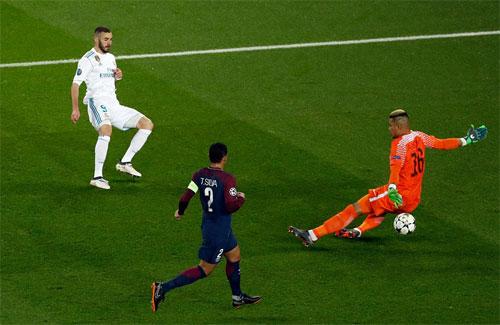 Real sớm có cơ hội trong vòng cấm PSG.