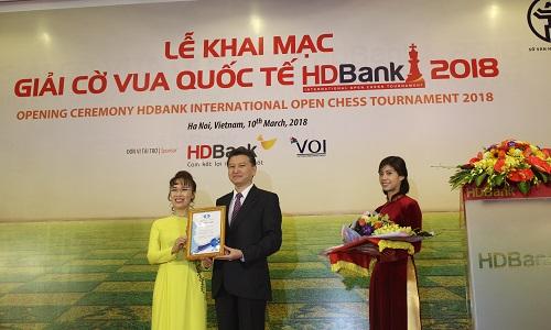 Ông Ilyumzhinov có món quà nhỏ cho người sáng lập giải cờ HDBank - bà Nguyễn Thị Phương Thảo. Ảnh: Xuân Bình.