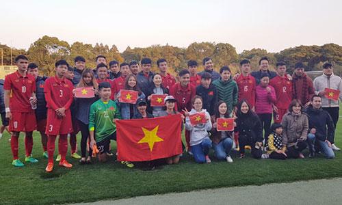 Người hâm mộ Việt Nam tại Nhật Bản chúc mừng các cầu thủ sau khi đoạt vé vào chung kết. Ảnh: VFF.