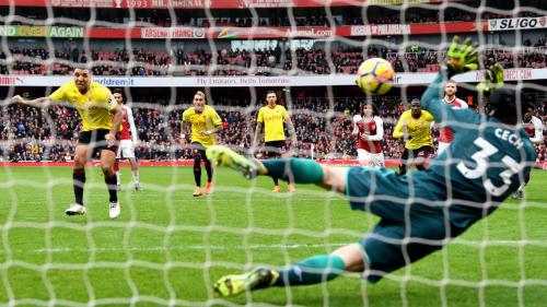 Cech cứu một quả phạt đền trong hiệp hai cho Arsenal.