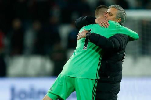 Mourinho: 'Real nên nghĩ tới người khác thay vì De Gea'