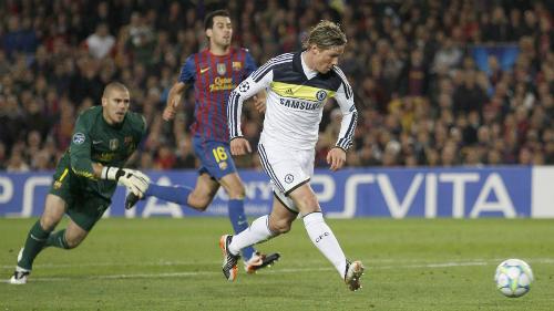 Torres ghi bàn ấn định tỷ số 2-2 cho Chelsea tại Nou Camp. Ảnh:Reuters.