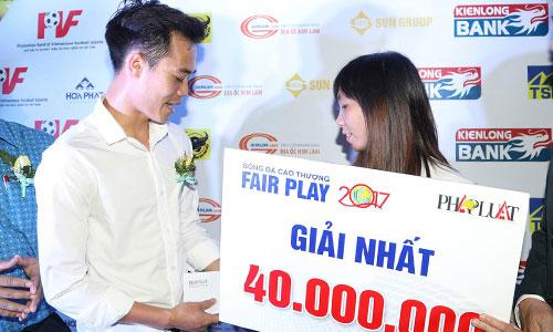 Nhận giải Fairplay, Văn Toàn tặng hết tiền thưởng cho nữ đồng nghiệp