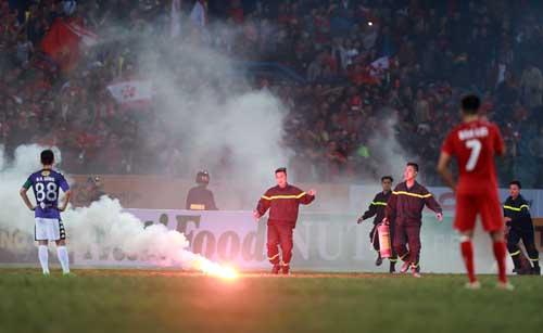 CĐV Hải Phòng ném pháo sáng xuống sân Hàng Đẫy ở vòng 1 V-League 2018. Ảnh: Ngọc Dung