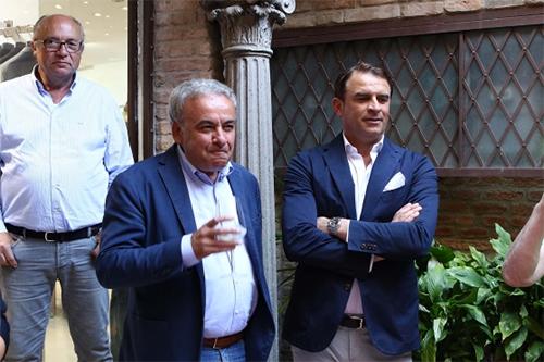 Tâm huyết của chủ tịch Mattioli (giữa) và tài thao lược của HLV Semplici đang giúp SPAL sống trong giấc mơ mà cách đây vài năm, không một ai dám nghĩ đến. Ảnh: La Presse.