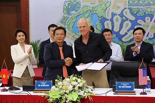Greg Norman (phải) ký kết hợp đồng tư vấn thiết kế sân golf với Tập đoàn Trường Thịnh. Ảnh: Hoàng Táo