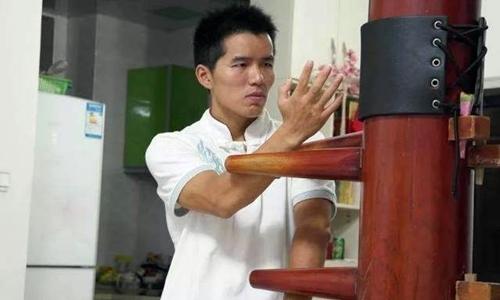 Đinh Hạo luyện bài mộc nhân của Vịnh Xuân.
