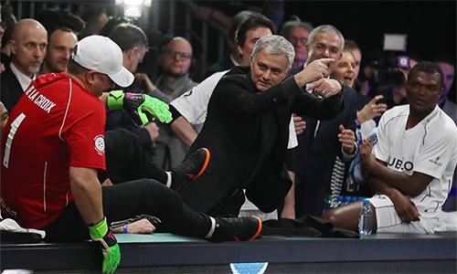 Tranh thủ lúc Ngoại hạng Anh nghỉ thi đấu, nhường chỗ cho loạt trận quốc tế, Mourinho sang Thuỵ Sỹ, dẫn dắt một đội bóng tập hợp nhiều danh thủ dự sự kiện Match of Friendship. Ảnh: Đức Đồng.