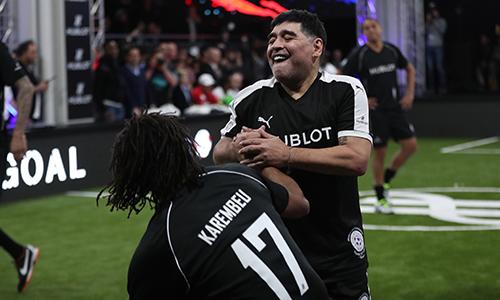 Maradona vừa dự sự kiện Match of Friendship, sự kiện tại Thuỵ Sỹ hôm 21/3 quy tụ hàng loạt danh thủ bóng đá giai đoạn 1990, 2000. Ảnh: Đức Đồng.