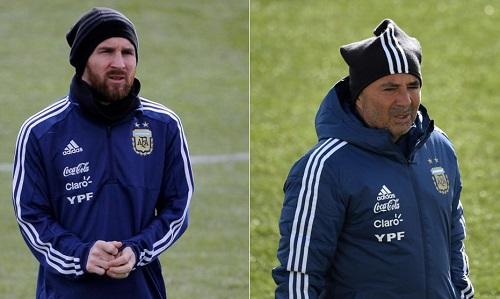 HLV Sampaoli thấu hiểu áp lực ngàn cân với Messi. Ảnh: EFE/AFP.