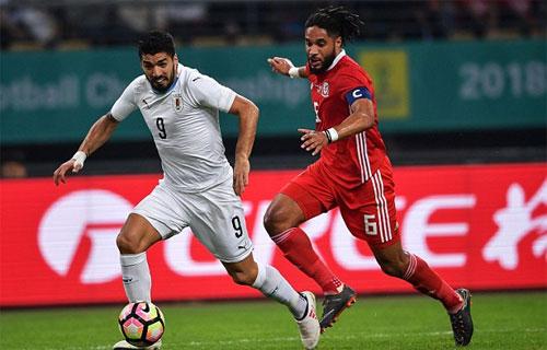 Suarez (trái) thiếu duyên ghi bàn trong trận chung kết.
