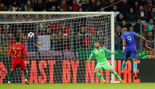 Hà Lan tạo được nhiều khoảng trống để Babel và Van Dijk dứt điểm ghi bàn.
