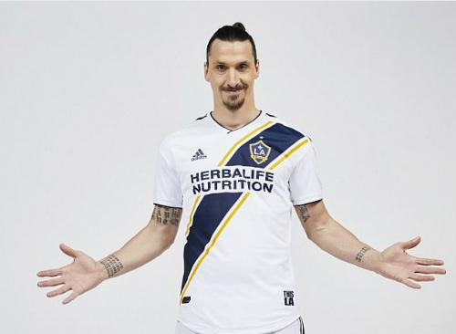 Ibrahimovic ra mắt trong màu áo LA Galaxy. Ảnh: AP.