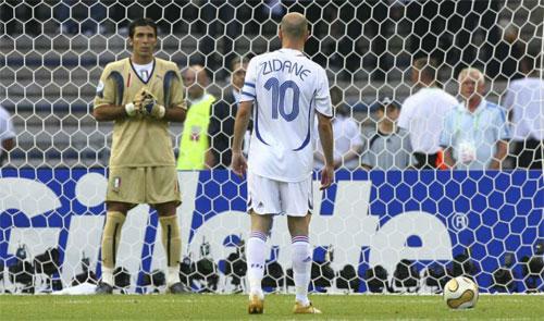 Zidane và Buffon trong trận chung kết World Cup 2006.