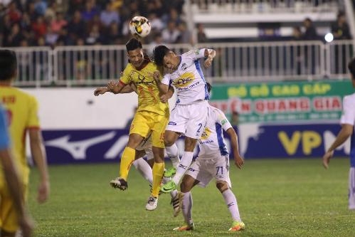 Nam Định (vàng) chơi nhiệt huyết nhưng chưa đủ để kiếm được chiến thắng đầu tay. Ảnh: Đông Huyền.