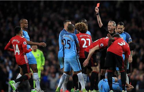 Trọng tài đuổi Fellaini bắt trận derby Manchester