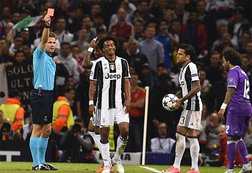 Trọng tài Felix Brych (trái) từng bắt chính trận chung kết Champions League 2017 giữa Juventus và Real Madrid. Ảnh: Reuters