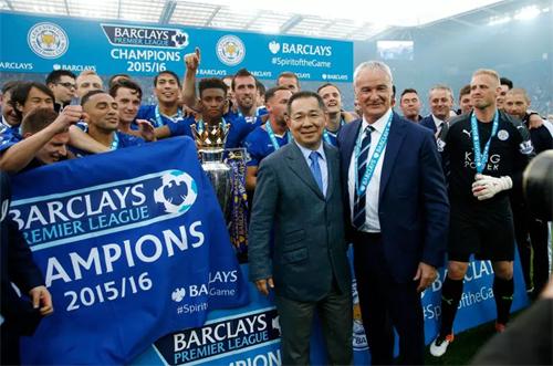 Vichai (giữa)chụp ảnh cùng thầy trò cựu HLV Ranieri mừng chức vô địch Ngoại hạng Anh mùa 2015-2016. Ảnh: Reuters