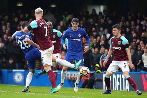 Azpillicueta mở tỷ số cho Chelsea. Ảnh: Reuters.
