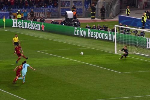 Quả phạt đền thành công của De Rossi đầu hiệp hai đã tiếp thêm sức mạnh cho Roma. Ảnh: AFP.