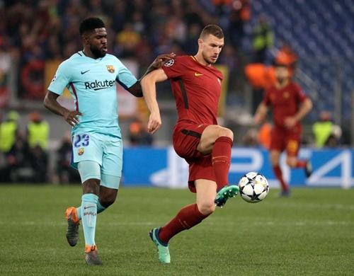 Umtiti (trái) có một trận đấu đáng quên trước Roma. Ảnh: AP.