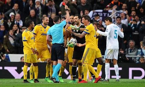 Buffon lần đầu và cũng là lần cuối nhận thẻ đỏ ở Champions League. Ảnh: AFP.