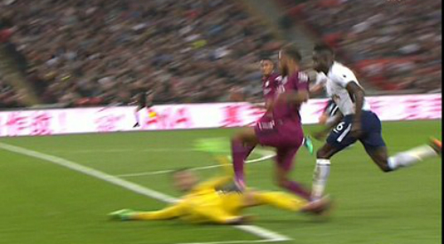 Tình huống phạm lỗi của Hugo Lloris bên ngoài vòng 16m50.