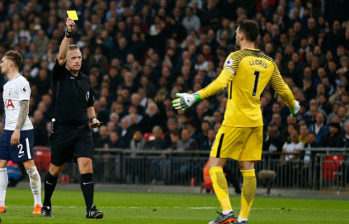 Trọng tài rút thẻ vàng với Lloris và cho Man City hưởng phạt đền, Ảnh: AFP.