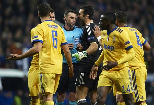 Buffon trong khoảnh khắc trút cuồng nộ vào trọng tài Oliver.