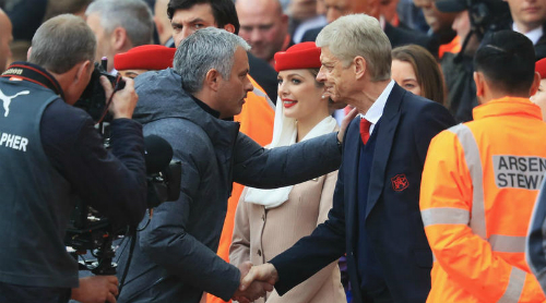 Mourinho bắt tay Wenger trước trận đấu tại Ngoại hạng Anh. Ảnh: Reuters.