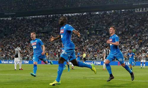 Napoli chỉ kém Juventus một điểm, với lịch đấu thuận lợi hơn trong bốn vòng còn lại. Ảnh: Reuters.