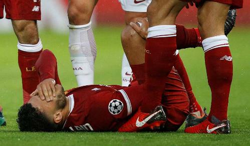 Chấn thương của Oxlade-Chamberlain mang tới nỗi lo cho Liverpool. Ảnh: Reuters.
