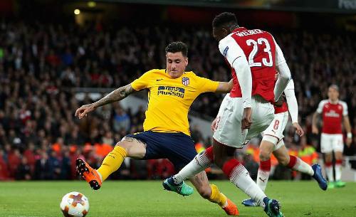 Arsenal (đỏ trắng) lỡ cơ hội tạo đột biến trong cuộc đua vào chung kết. Ảnh: AFP.
