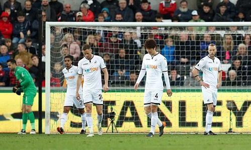 Thất bại khiến Swansea gặp khó trong cuộc đua trụ hạng. Ảnh: Reuters.