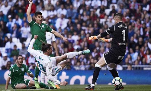 Bale mở tỷ số cho Real bằng cú vô lê xâu kim thủ môn Cuellar. Ảnh: Reuters