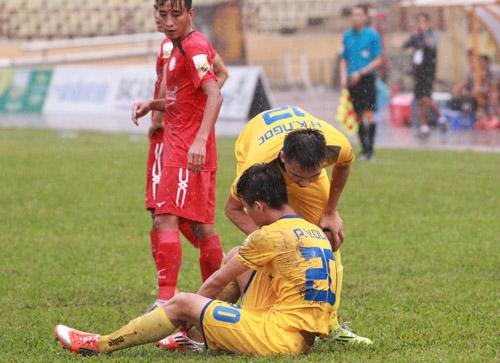 Cầu thủ SLNA nhiều lần bị thương sau các pha vào bóng của TP HCM ở vòng 1/8 Cúp Quốc gia. Ảnh: Sóng Nghệ