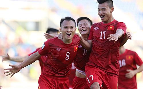 Thành Lương (giữa) từng thi đấu cùng các đàn em ở AFF Cup 2016. Ảnh: Đức Đồng.