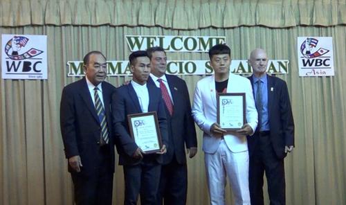 Trần Văn Thảo (thứ hai từ trái sang) được vinh danh là tay đấm tiêu biểu châu Á 2018 - hạng siêu ruồi