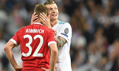 Kroos an ủi Kimmich sau trận bán kết lượt về. Ảnh: Marca