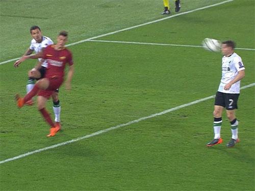 Milner không kịp tránh sau cú phá bóng lên của Lovren.