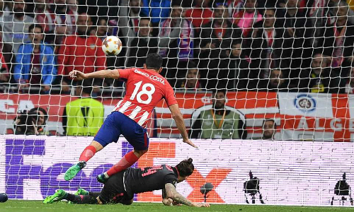 Costa ghi bàn trước sự truy cản của Bellerin. Ảnh: Sportsmail.